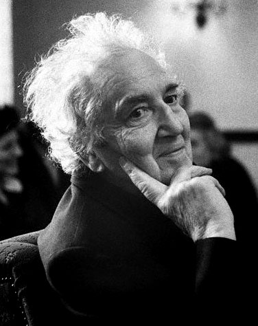 robert graves Robert graves - poet - the author of numerous collections of poetry, novels, and translation, robert graves was viewed as an accomplished war poet and is the author of i, claudius.